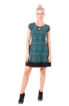 Frau mit Organic Cotton Jersey Kleid in blau/schwarz