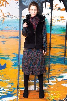 organic Samt Kleid und Jacke vor buntem Gemälde