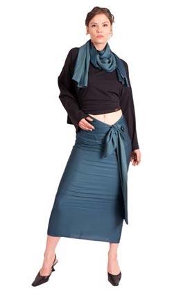 Frau in Sarong und Schal aus Satin