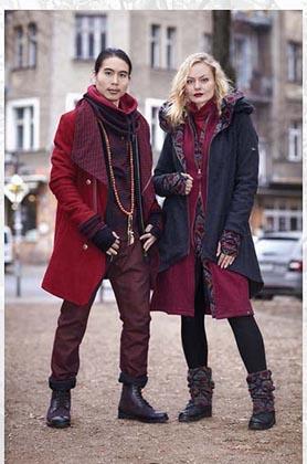 Mann und Frau in edlen roten Wollgewebe Mänteln in berliner Innenstadt